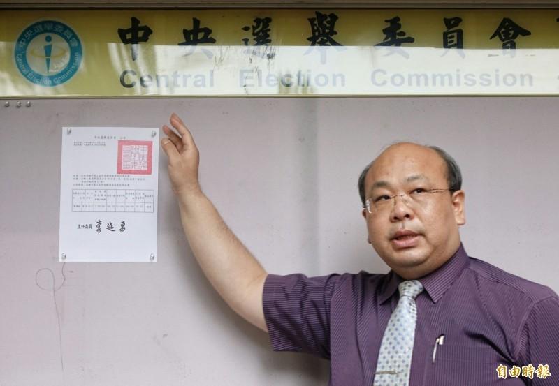 中選會副主委陳朝建日前張貼公告,宣布高雄市長補選將於8月15日舉行。(記者劉信德攝)