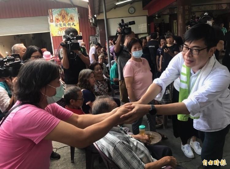 陳其邁今赴久堂城隍廟參香,向民眾握手致意並尋求支持。(記者洪臣宏攝)