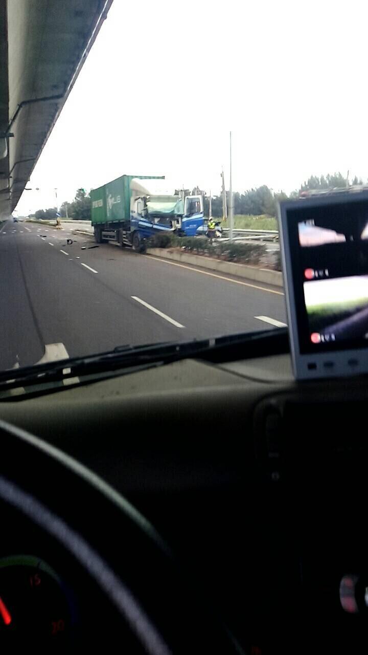 貨櫃車撞小客車,小客車内2人身亡。(記者顏宏駿翻攝自「彰化踢爆網」)