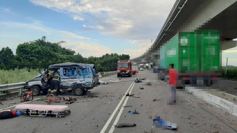 小客車被撞扭曲變形,車内2人身亡。(記者顏宏駿翻攝)
