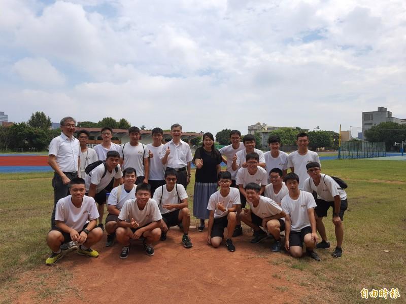 新竹高中棒球隊獲北區高中聯隊夏季聯賽的冠亞軍,上演學長與學弟對打的好戲,最後由學長A隊拿到冠軍。(記者洪美秀攝)