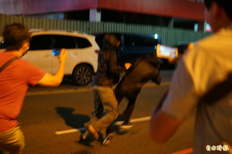 2人因連日媒體報導相當害怕,離開派出所時見媒體守候直接拔腿狂奔,一路坐上預先叫好的計程車離去。 (記者何宗翰攝)