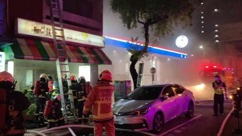 起火餐廳緊臨加油站,情勢一度緊張。(消防局提供)
