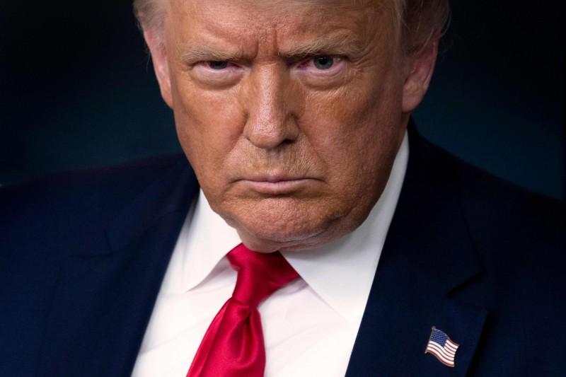 美國總統川普30日發文表示,應該延後11月初的總統大選。圖為川普28日出席白宮簡報會。(法新社)