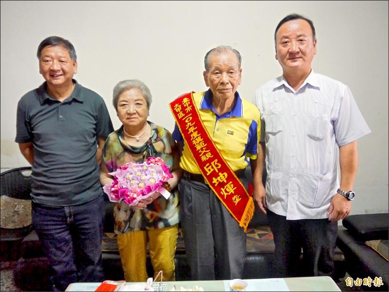 83歲前排球國手邱坤煇(右二)曾擔任1964年東京奧運聖火主火傳遞員,圖為與妻兒合照。(記者張軒哲攝)