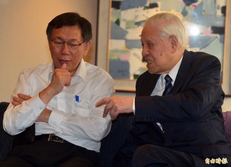 前總統李登輝逝世,台北市長柯文哲晚間發出聲明,柯認為李在台灣歷史上最大貢獻,是讓台灣走向一條沒有辦法回頭的民主之路,圖為李登輝與柯文哲在2015年見面會談的畫面。(資料照)