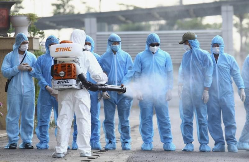 越南爆發新一波疫情,衛生單位消毒確診者曾到過的地區。(美聯社)