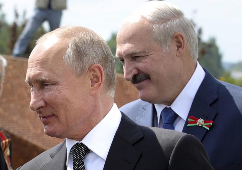 白羅斯在首都明斯克逮捕30多名俄羅斯傭兵,涉嫌密謀「恐怖主義行為」,當局已召見俄羅斯大使要求解釋,這可能會導致兩國傳統情誼出現裂痕。照片為白羅斯總統盧卡申科(右)與俄羅斯總統普廷(左)。(美聯社)