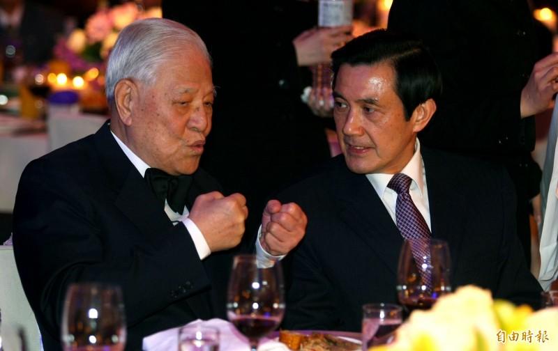 前總統李登輝(左)辭世,前總統馬英九表達哀悼之意,圖為2人2010年時在宴會上交談的畫面。(台北市攝影記者聯誼會提供)