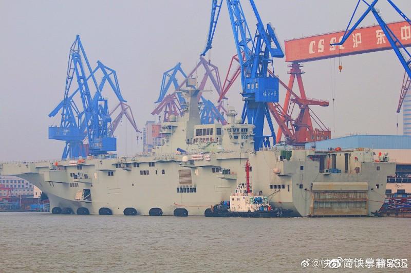 解放軍首艘075型兩棲攻擊艦已經拆除腳手架,拖船已就位,短期內即將進行海試。(微博)