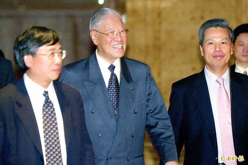 李登輝一生當了12年的中華民國總統,在1999年7月9日時接受德國之聲中文網訪問拋出「兩國論」,反制中共將台灣定位為地方政府的思維。(圖為2002年資料照)
