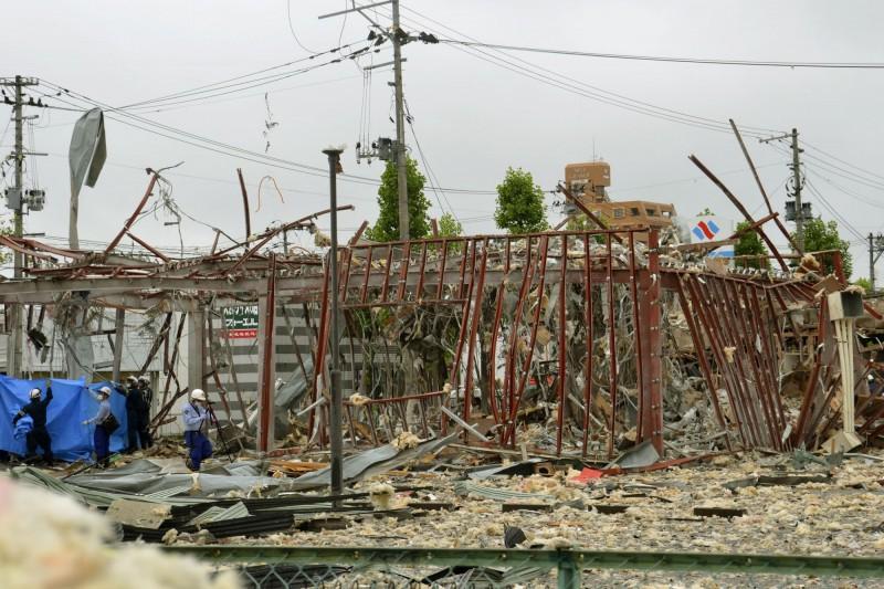 日本福島縣一家「溫野菜」分店發生嚴重爆炸事故,現場滿目瘡痍。(美聯社)