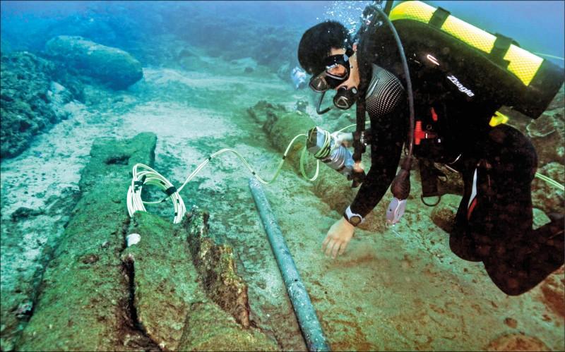 水下作業大隊隊員執行未爆彈爆破前置作業。(國防部提供)