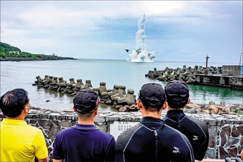 海軍水下作業大隊將13枚海底未爆彈引爆,噴起近30米水柱。(海軍司令部提供)