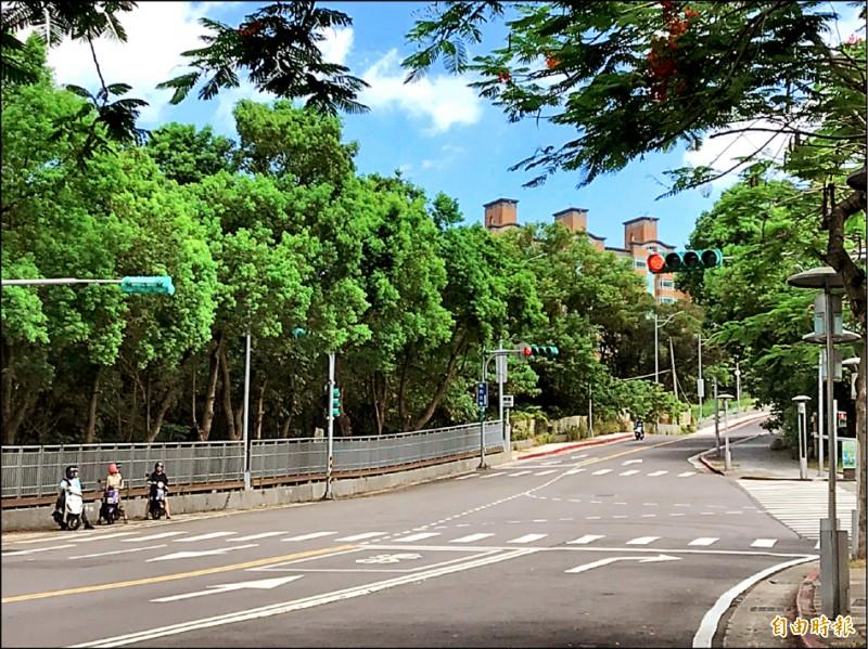 北投區學園路緊鄰台北藝術大學、台北城市科技大學,是許多學生騎機車通勤的必經之路,也是北投、淡水地區居民的常用道路。(記者蔡亞樺攝)