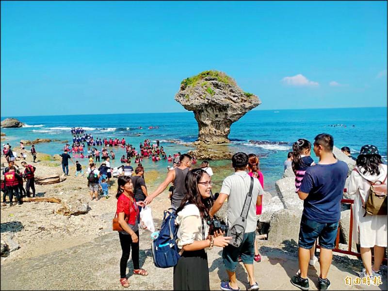 屏東縣離島小琉球旅遊十分受歡迎。(記者陳彥廷攝)