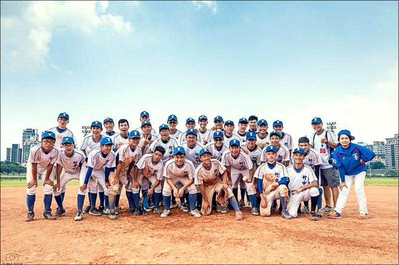 竹高中社團棒球隊參加北區高中聯隊棒球比賽,除拿下冬季聯賽冠軍,也在剛結束的夏季聯賽中包辦冠亞軍。(竹中提供)