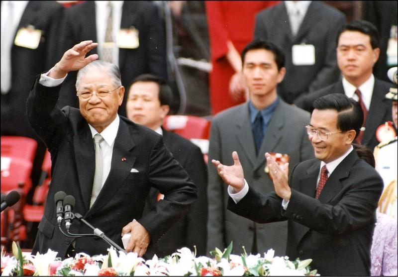 陳水扁2000年當選總統後,卸任總統的李登輝,在政黨首度輪替之初,與扁維持一段不算短的蜜月期,李扁關係曾經形同父子。(中央社)