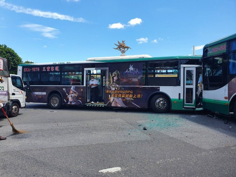 北市松山區兩輛公車車頭對撞,4人送醫。(記者邱俊福翻攝)