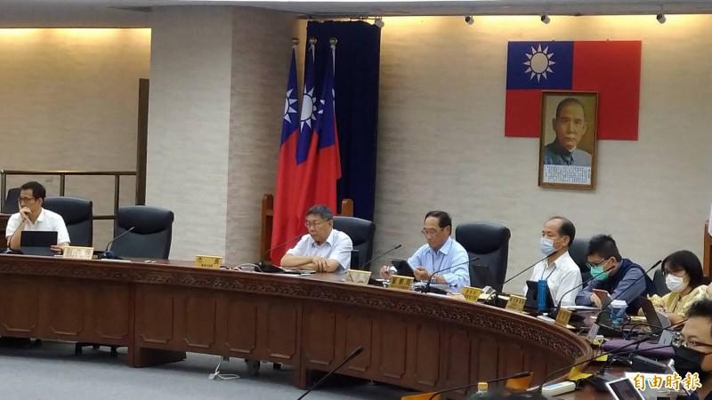 台北市長柯文哲(左二)主持交會報,不滿和碩公司大樓屢次違規當場飆罵,甚至爆粗口。(記者蔡亞樺攝)