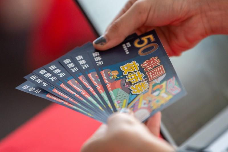 原先推出6千份的桃園夜市券,獲得熱烈迴響,桃園市長鄭文燦宣布再加碼4萬4千份,將於8月8日開放線上登記抽籤。(桃園市政府經濟發展局提供)