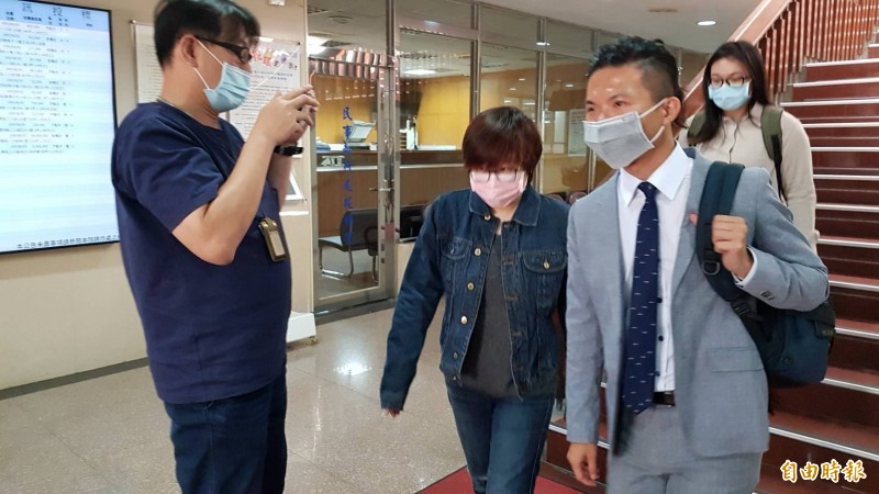「卡神」楊蕙如(左2)庭後在律師陪同下離開法院。(記者溫于德攝)