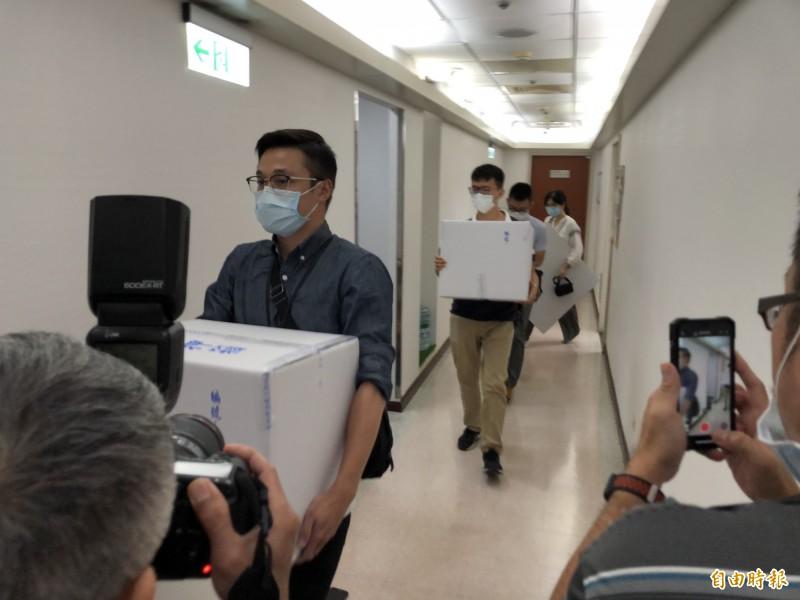 檢調從廖國棟辦公室抱走2大箱證物。(記者陳昀攝)
