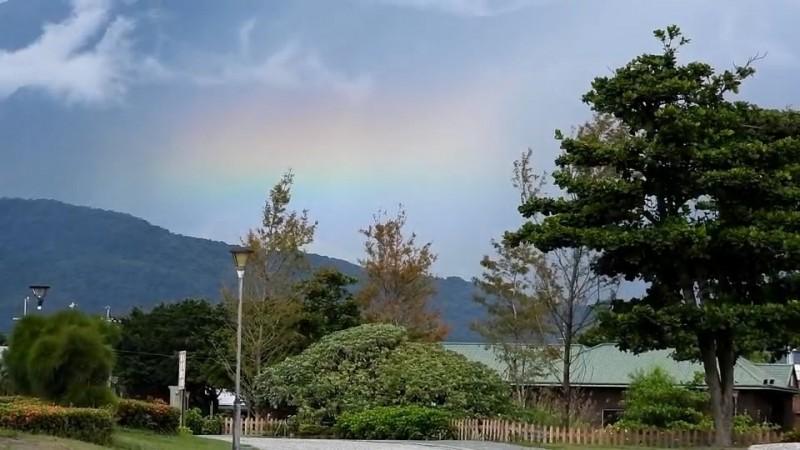 花蓮今天早上西邊的中央山脈方向還在下雨,然而東邊朝陽升起,導致西邊天空的雨瀑中有彩虹現身。(陳世嵐提供)
