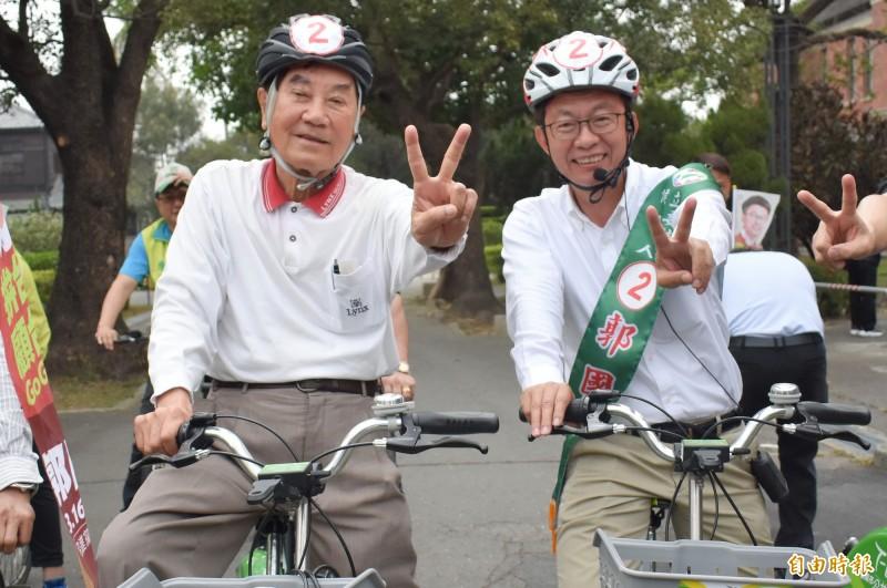 2019年3月台南立委補選,當時85歲的陳唐山(左)騎自行車為民進黨立委郭國文(右)助選。(資料照)