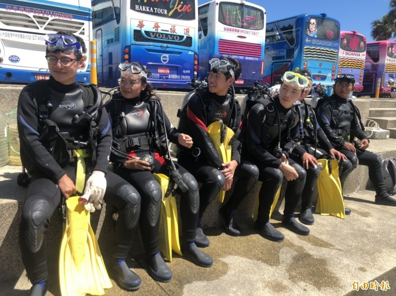 潛水志工著裝準備下水撿垃圾。(記者林欣漢攝)