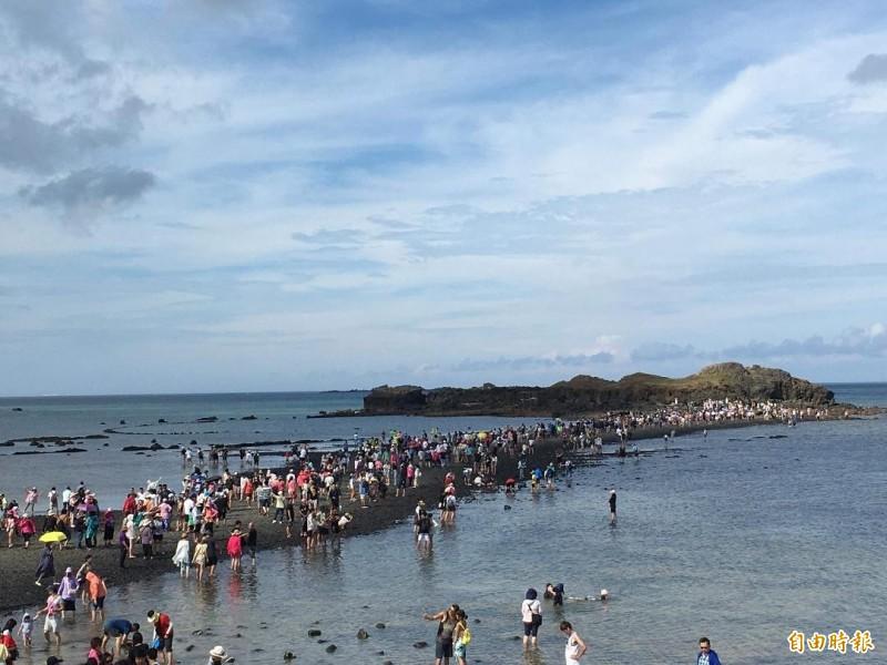 澎湖著名的摩西分海景點,出現人潮爆量情況。(記者劉禹慶攝)