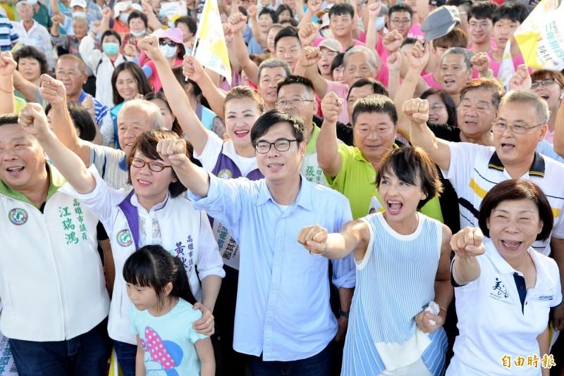 陳其邁與大旗美後援會支持者一同比出超人手勢。(記者許麗娟攝)