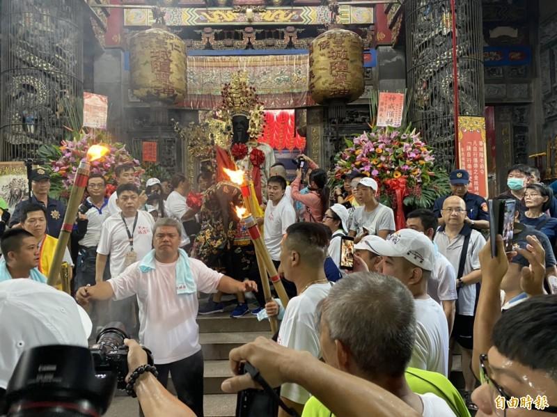 七爺步出城隍廟跨過火爐,展開暗訪行程。(記者張聰秋攝)