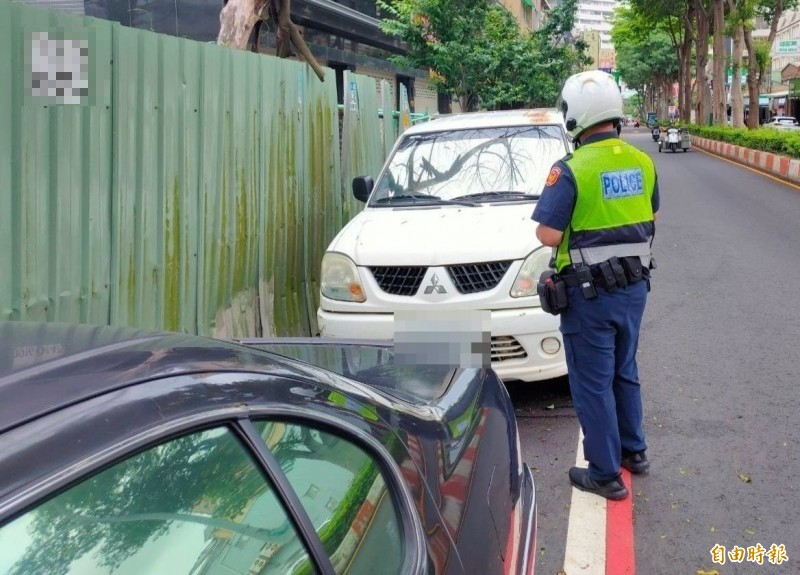 有檢舉魔人說他今年檢舉了7000件違停等交通違規,目的是希望人人能遵守交通規則,就能減少很多事故,街頭能安全舒適。開單示意圖,與新聞事件無關。(資料照)