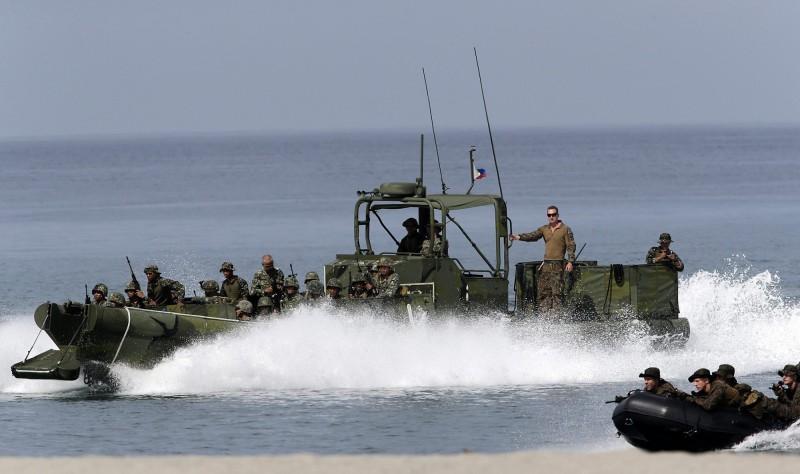 美國國務院近期批准一項菲律賓軍售案,包含數十艘武裝突擊艇及各式機槍等,價值高達新台幣36.5億元,圖為美菲聯演武裝突擊艇。(歐新社)