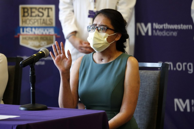 全美首例武漢肺炎重症移植雙肺重生的拉米雷茲(Mayra Ramirez)在記者會上分享經驗。(美聯社)