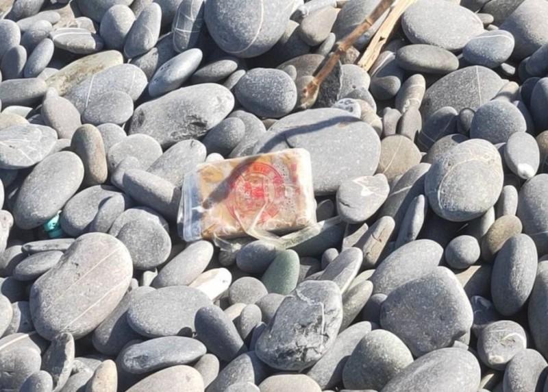 漂上台東南田海岸的海洛因磚。(翻攝資料照)