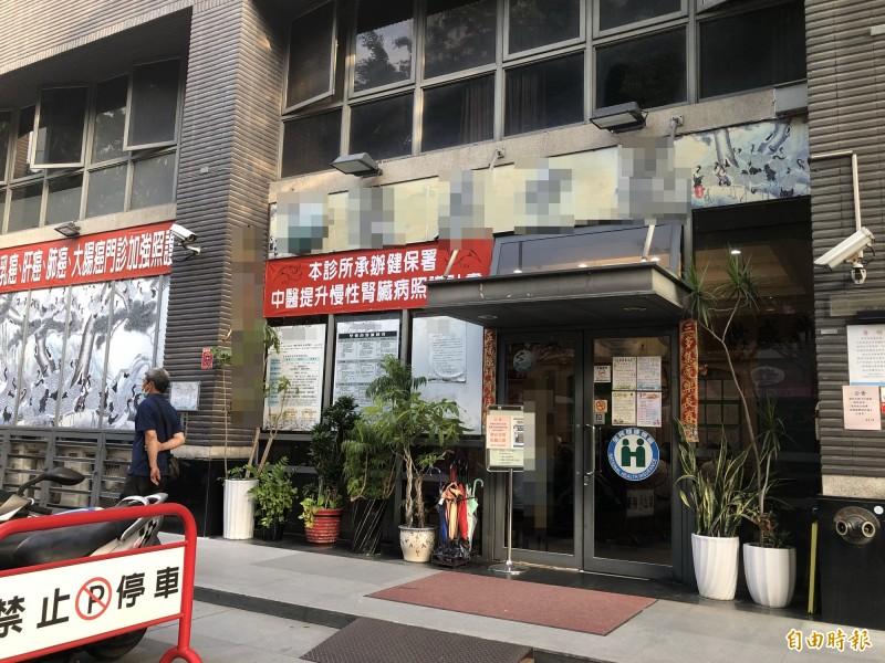 涉及台中市前議長張宏年全家四口鉛中毒的中醫診所,今天下午依舊塞爆患者。(記者許國楨攝)