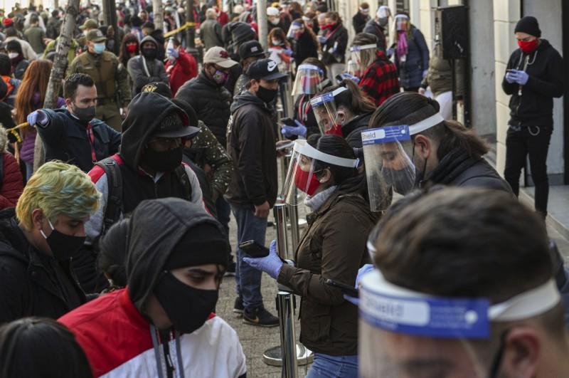 智利國會先前通過退休近改革,讓民眾預先提領10%退休金,光30日當天就有逾300萬人排隊申請。(美聯社)