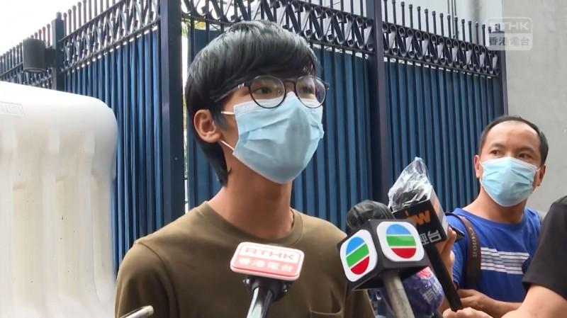 「學生動源」前召集人鍾翰林獲准保釋,但半年內不得離開香港。(擷取自「香港電台視像新聞 RTHK VNEWS」臉書粉絲專頁)