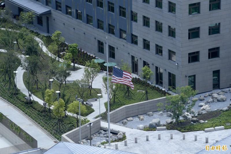內湖的美國在台協會新館今下半旗致哀。(記者王藝菘攝)