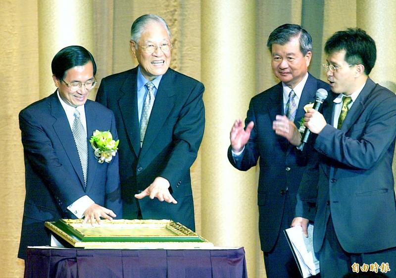 我駐德代表謝志偉發文追悼李登輝一生為台灣民主的奉獻,強調「敬愛的阿輝伯,一路好走,謝謝您,剩下來的就是我們的事了」。圖為2002年台灣北社周年募款餐會暨藝術品拍賣會舉行,時任總統陳水扁(左一)與前總統李登輝(左二)聯袂出席,謝志偉(右一)則是當時的大會司儀。(資料照)
