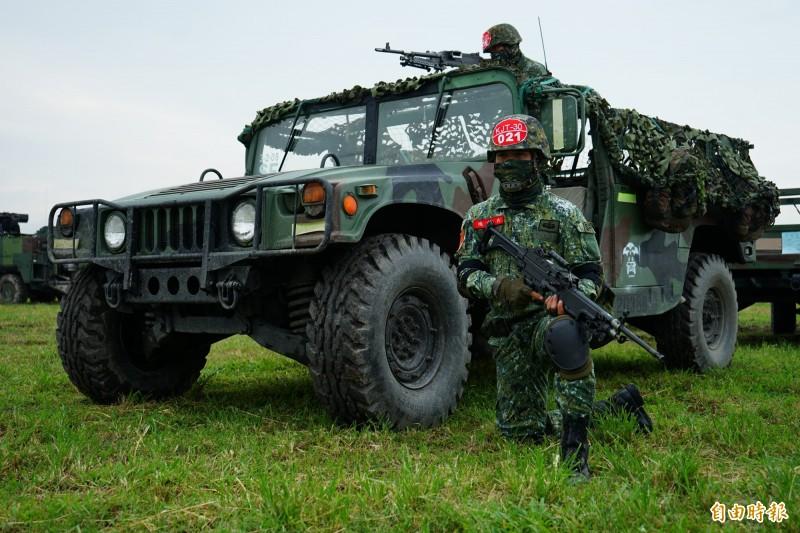 國軍悍馬車車齡老舊丶安全性堪憂,陸軍已委中科院進行安全性能提升案。圖為陸軍悍馬車參與演訓畫面。(資料照)