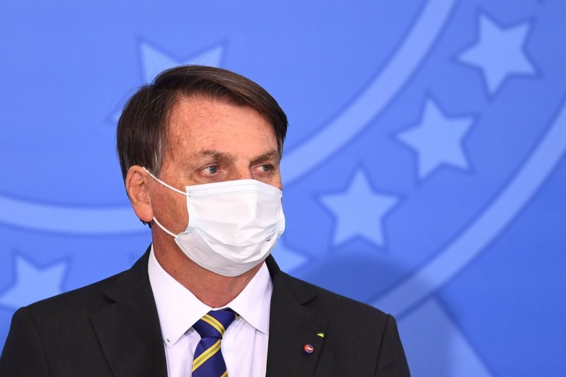 巴西總統波索納洛30日在臉書影片中自曝自己肺部長黴菌,服用抗生素治療。(法新社)