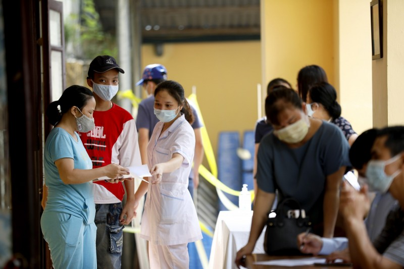 越南今天暴增45例確診,創單日新高。圖為越南民眾正在登記接受採檢。(歐新社)