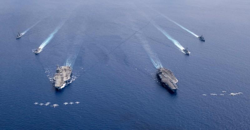美軍和共軍近來常在南海軍演。圖為美軍航空母艦雷根號、尼米茲號。(歐新社資料照)
