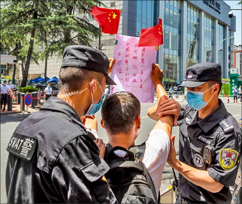 圖為七月廿七日在美國駐成都總領事館外抗議外國勢力的中國民眾。根據美國皮優研究中心最新民調顯示,美國人對中國的負面觀感創下新高。(歐新社檔案照)