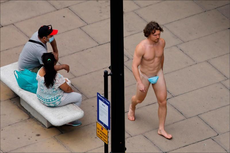 英國首都倫敦24日驚見蹓鳥俠堅持裸體也要戴口罩。(法新社)