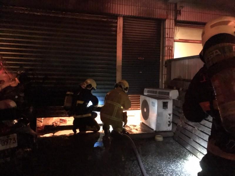 宜蘭市大福路2段1間金紙店今天凌晨4點多火警,屋內有人受困,造成2人嗆傷送醫。(記者游明金翻攝)