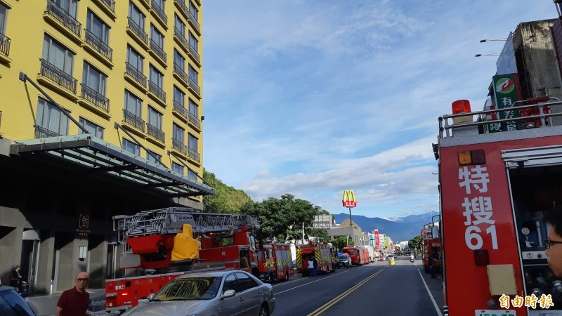 GAYA飯店外的新生路兩旁停滿消防車。(記者黃明堂攝)